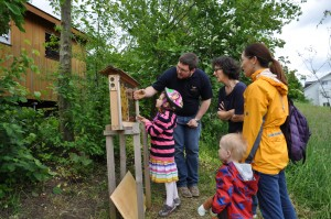 Лукас Доссебах показывает колонии пчел во время экскурсии.